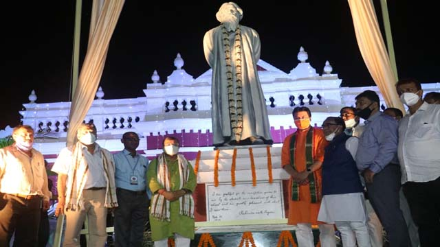 Tripura CM Biplab Kr Deb unveiled a statue of Rabindranath Tagore in front of Umakanta Academy in Agartala on November 10, 2020.